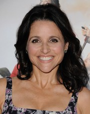 Julia Louis-Dreyfus sported a shoulder-length curly 'do at the premiere of 'Veep' season 3.
