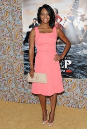 Sufe Bradshaw sealed off her look with a cream-colored leather clutch.