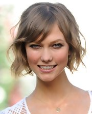 Karlie Kloss' locks were fun and flirty with this short wavy 'do with side swept bangs.