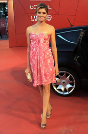 Pewter peep-toe pumps were a chic complement to Vittoria's pretty pink dress.