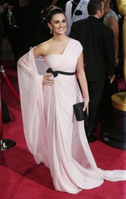 Penelope Cruz draped herself in a pale pink gown with contrasting black accents for the 2014 Academy Awards.