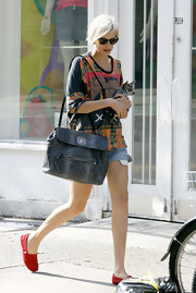 Agyness paired her casual outfit with a leather tote bag.