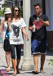 Alessandra kept her look casual and cool with a pair of black knee-length leggings.