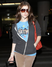 Anna Kendrick looked classic in a pair of tortoiseshell aviator sunglasses.