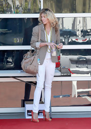 While making a quick stop for coffee, AnnaLynne showed off her tan shoulder bag, which worked well with her tan blazer.