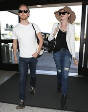 Anne Hathaway proved that a pair of ripped jeans can be dressy when paired with a fitted blazer and floppy hat.