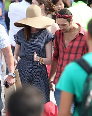 Being the fairest of them all means that proper sun protection is a must. While out and about on a warm day in Sydney, Anne shielded her face with a chic wide-brimmed straw hat.