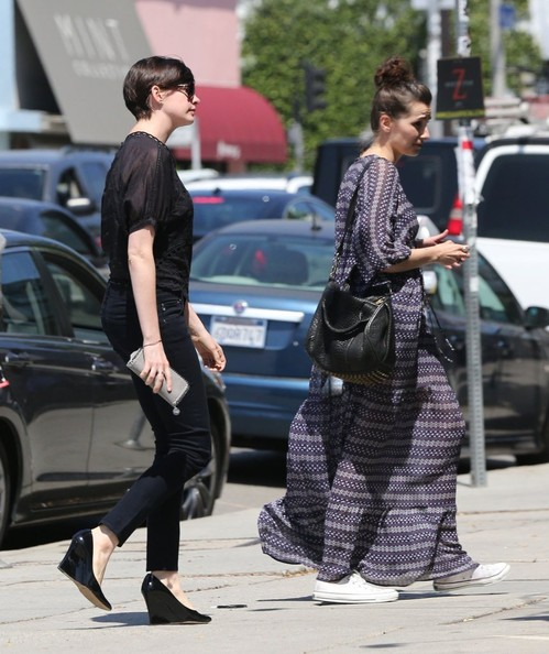 More Pics of Anne Hathaway Off-the-Shoulder Top (4 of 23) - Anne Hathaway Lookbook - StyleBistro