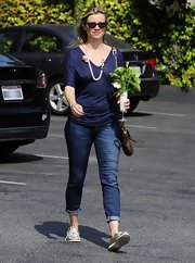 Amy Smart chose a basic V-neck tee for her casual look.