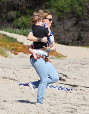 Brooke Mueller took her twins to the beach in light denim jeans with a low slung belt.