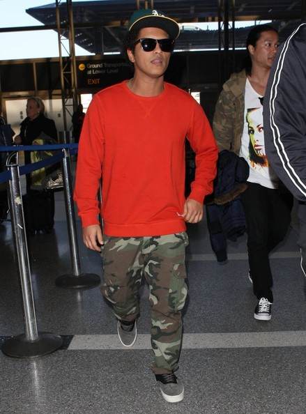 More Pics of Bruno Mars Sweatshirt (1 of 22) - Bruno Mars Lookbook - StyleBistro