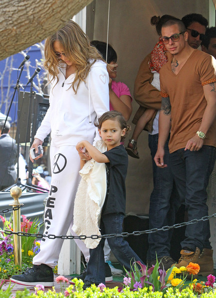 Jennifer Lopez Hits The Bunny Bungalow With The Twins And Casper