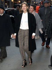 Rosamund Pike polished off her look with a black coat, also by Victoria Beckham.