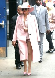 Lady Gaga completed her look with pink pumps by Christian Louboutin.