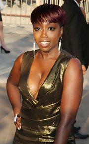 Estelle definitely brought some sparkle to the 2011 CFDA Awards with a Galatic ring and equally stunning diamond drop earrings.