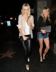 Kimberly Stewart stuck to a pair of black leggings while out at Stones Fest.