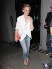 Elizabeth Banks added an extra pop of color with a pink leather shoulder bag.