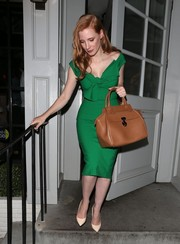 A classic camel-colored leather tote rounded out Jessica Chastain's ensemble.