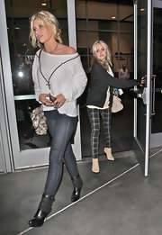 Alyson Michalka watched the Lakers play in black leather ankle boots with suede cuffs.
