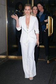 Hilary Duff showed us how to look super sexy in a suit by teaming a white Theory jacket and pants with a Zimmermann bustier for her 'Today' show appearance.