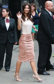 Emily Ratajkowski jazzed up her simple top with a pink suede pencil skirt by Brunello Cucinelli.