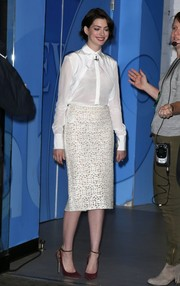 Anne Hathaway finished off her outfit in elegant style with a white pencil skirt embroidered in an intricate pattern.