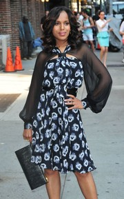 Kerry Washington visited 'Letterman' looking chic and feminine with this snakeskin clutch and print dress combo.