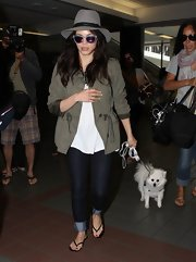 Jenna kept her travel look on the comfy side when she wore these dark-wash denim jeans.