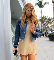 Charlotte McKinney accessorized with a pair of mirrored shades by Ray-Ban.