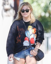 Chloe Grace Moretz stepped on a sunny day wearing a pair of square sunglasses.