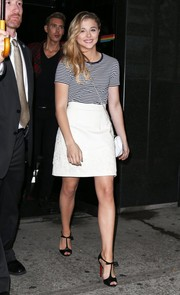 For a cuter finish, Chloe Grace Moretz paired her T-shirt with an embroidered white mini skirt.