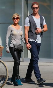 Elsa Pataky chose a pair of black leather leggings for her casual look with a hint of edge.