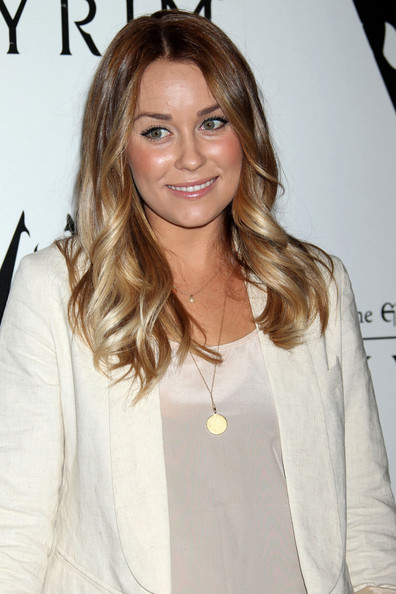 The queen of chic hairdos styled her ombre tresses in loose curls.