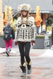 Elle MacPherson finished off her winter attire with a pair of fur-lined boots.