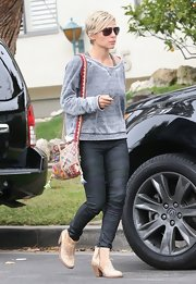 Elsa Pataky sported this casual gray sweatshirt for her daytime look.
