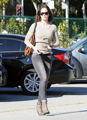 Emily Blunt cuffed her tight gray skinny jeans to show off a pair of taupe ankle boots.