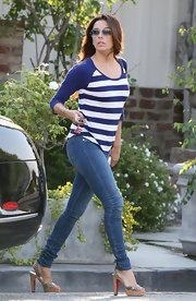 Eva showed off her pretty pumps with a pair of skinny jeans.