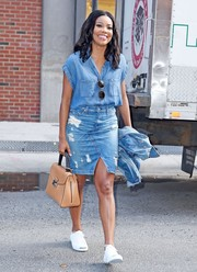 Gabrielle Union added a spot of sophistication to her casual ensemble with a camel-colored leather tote.