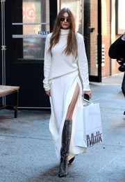 A pair of white wide-leg pants with hip-grazing slits injected a dose of sex appeal.