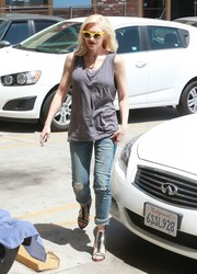 Gwen Stefani dressed down in a gray tank top and ripped jeans for a visit to her acupuncturist.