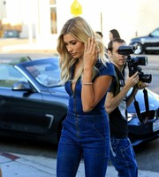 Hailey Baldwin glammed up her denim look with a gold chain bracelet.