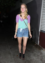 Heather Morris embraced the '80s with an aqua tank layered over a lavender T-shirt.