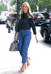 Heidi Klum teamed her blouse with a pair of cropped, straight-cut jeans.