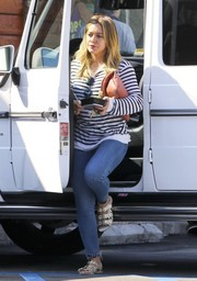 Hilary Duff teamed her shirt with blue skinny jeans.