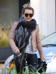 Hilary Duff kept warm with an oversized print scarf while headed to the gym.