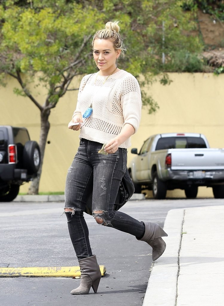 Hilary Duff Stops by Coffee Bean