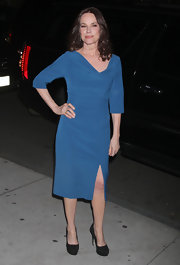 Barbara Hershey paired a turquoise sheath dress with timeless black suede platform pumps. The look remains simply chic thanks to Barbara's minimal use of accessories.