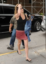 Jennifer Aniston sealed off her casual attire with black flip flops by Havaianas.