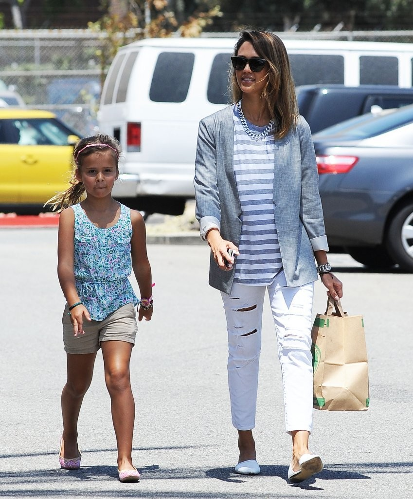 Jessica Alba Takes Honor to the Store