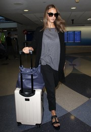 Jessica Alba topped off her travel look with a black cardigan.